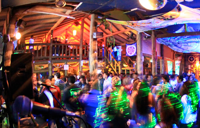 pico_da_tribo-balada-bar-praia_do_rosa-hostel_albergue_explorer