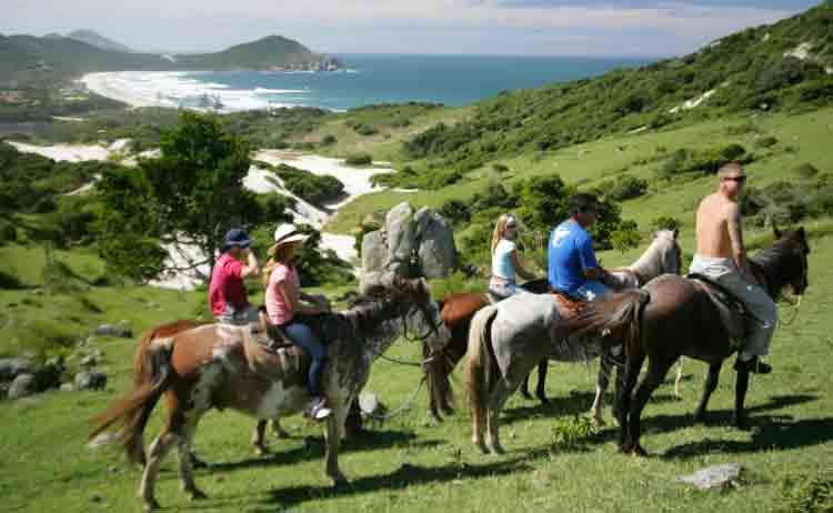 Dicas-passeios_turma-em_grupo-praia_do_rosa-hostel-albergue_explorer-capa